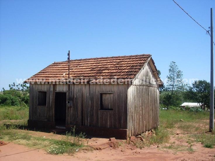 Casas antigas de onde são extraídas as tábuas de peroba rosa para confecção de móveis e outros produtos em madeira de demolição.
