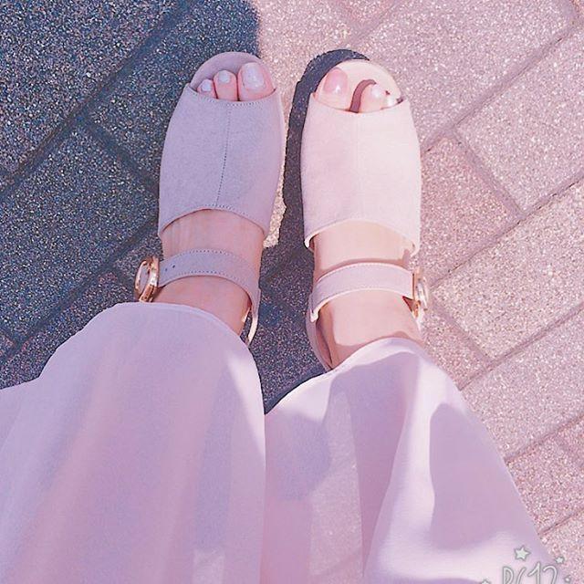 履くもの。  今年の #newin ❤️ #マジェスティックレゴン #majesticlegon の #サンダル だよ! 絶妙なピンク?ベージュ?色が可愛い〜〜 よく見えないけど、 #セルフネイル とも相性バッチリ! #あしもと倶楽部 #足元倶楽部  スカートは #ユニクロ #uniqlo の #シフォンプリーツスカート です。 #ユニクロスカート族