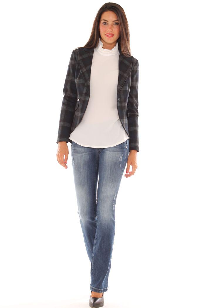 Outfit da ufficio giacca smoking, camicia bon ton, jeans a zampa