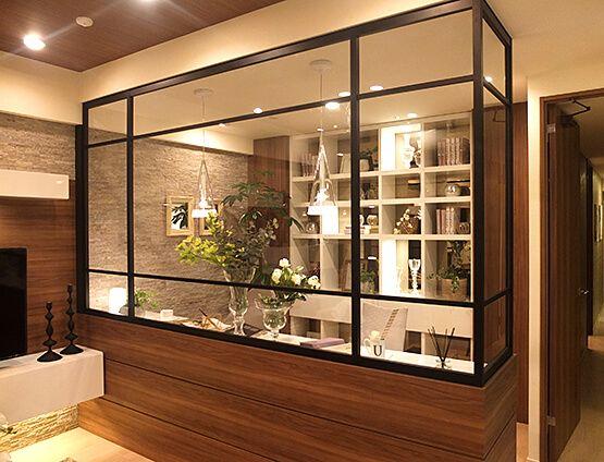 書斎-ガラス張りのアトリエコーディネート|リビングとガラスの間仕切りで仕切られた書斎。 解放感を感じつつ、プライベート空間もゆるやかに確保されています。