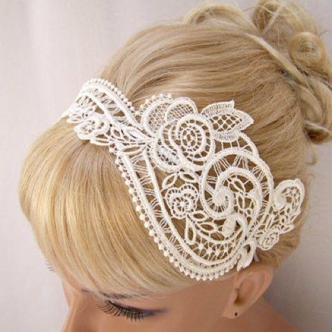 Que tal usar elementos inusitados para compor o penteado?  Lenços, correntes, colares, flores ou renda, como mostrado aqui, dão bossa para os estilos clássicos ;)
