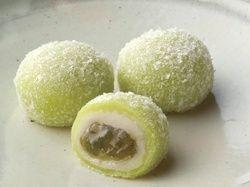 ◆穀雨(こくう)  きざんだ青梅の果肉をじっくり蜜煮して白餡と求肥でつつみ、氷餅をまぶしました。  梅の花が見ごろになる頃にちなみ、梅の実姿に仕上げた和菓子です。