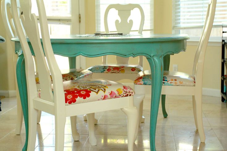 Redone Table & Chairs  |  Painted & glazed table, painted chairs with laminate cotton fabric coverings  |  LOVE this...now I need to find a cheap table and chairs with nice lines