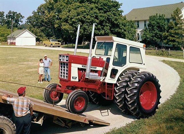Nice old photo - International 1468 tractor from @farm_machinery_united  Follow team World  @oldtractorsworld @agricultureworld  @agriculturevideoworld  #international #johndeere #masseyferguson #newholland #fendt #farmer #farming #agricultura  #harvest  #caseih  #ford #Tractor #farm  #agriculture #countrylife #machine #diesel #country #agri #motor #countrylife #ferguson #traktor #trekker #design #combine #trattore #traktori  #oldtractor #farmall