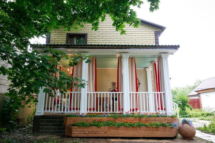 Бирюза, белые с серым оттенки, много дерева, легкие ставни, гамак, плетеная мебель и другое...