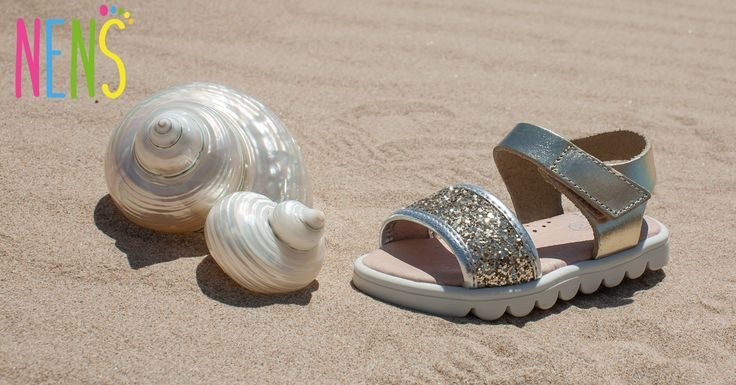 NENS SS17 ON THE BEACH Summer sandals that are fun, original and full of sparkle. Its design has taken into account the comfort and protection of the little ones feet. NENS, the correct choice.