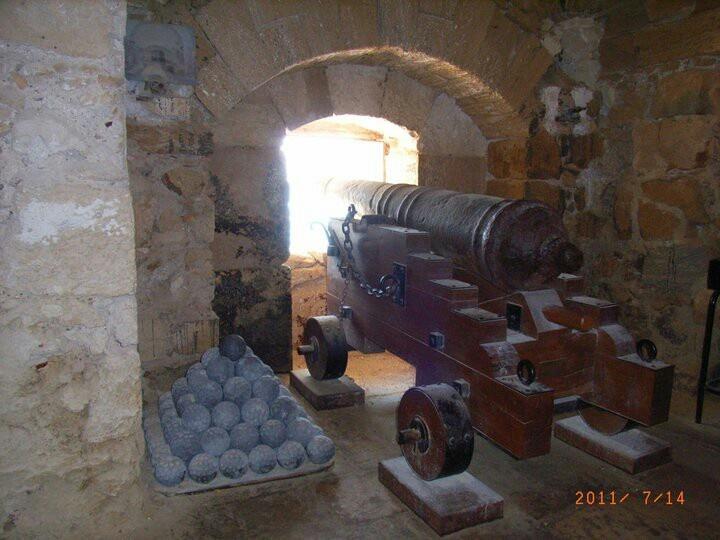 Castello Aragonese. 40°28′N 17°14′E