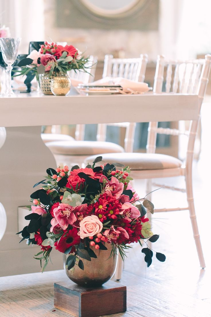 Gorgeous flower arrangement, ideal for the Valentine's Day!  #red #pink #gold #black #valentine's #deco #flowers #artdelatable #weddingplanner #dreamsinstyle