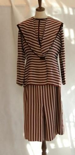 Flott gammel kjole med jakke i 20-tallstil, matroskrage Silkeaktig stoff Samleobjekt Mangler glidels i siden og mangler noe knapper Ingen vask, kun rens p eget ansvar