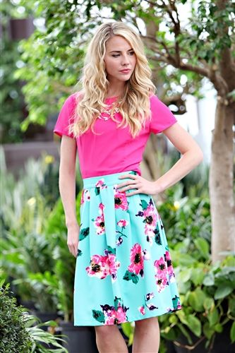 Love the color combo, the skirt is gorgeous, great for summer! I love how the skirt actually reaches the knees!