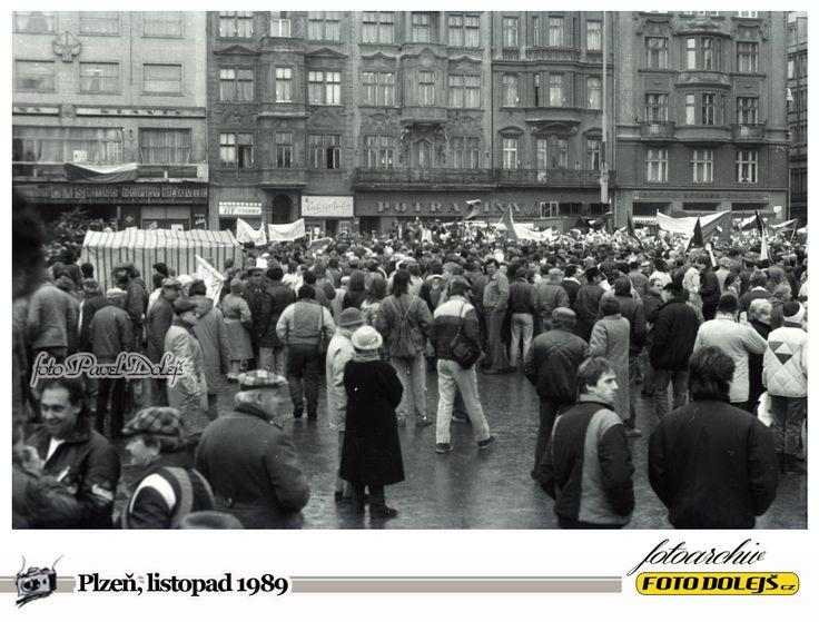 Sametová revoluce v Plzni.Náměstí republiky. Foto Pavel Dolejš.