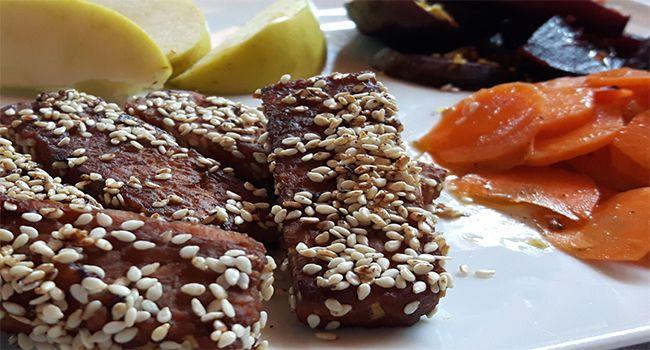 tempeh con  tamari senape e semi sesamo    un panetto di tempeh  4 cucchiai di tamari (salsa di soia)  1 cucchiaio di senape  olio extravergine di oliva q.b.   semi di sesamo q.b.