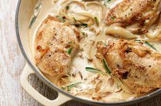 Μια εύκολη συνταγή για ένα αγαπημένο πιάτο. Κοτόπουλο σε κρεμμώδη σάλτσα γιαουρτιού με μουστάρδα κάρυ και μυρωδικά. Συνοδέψτε το με πιλάφι ή πουρέ ή πατάτε