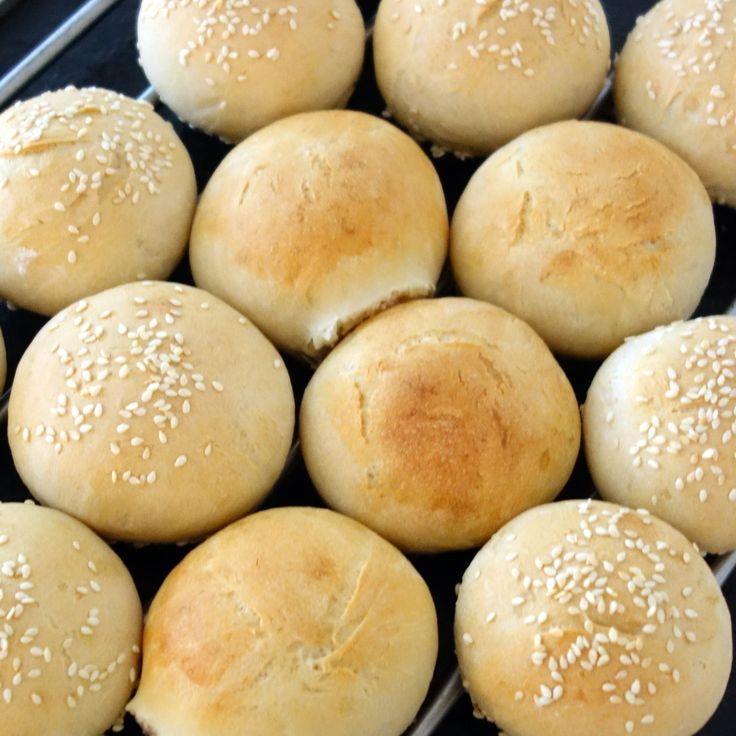 Luftige boller med fuldkornshvedemel. De er hurtige at lave og passer perfekt til morgenmaden eller eftermiddagskaffen.