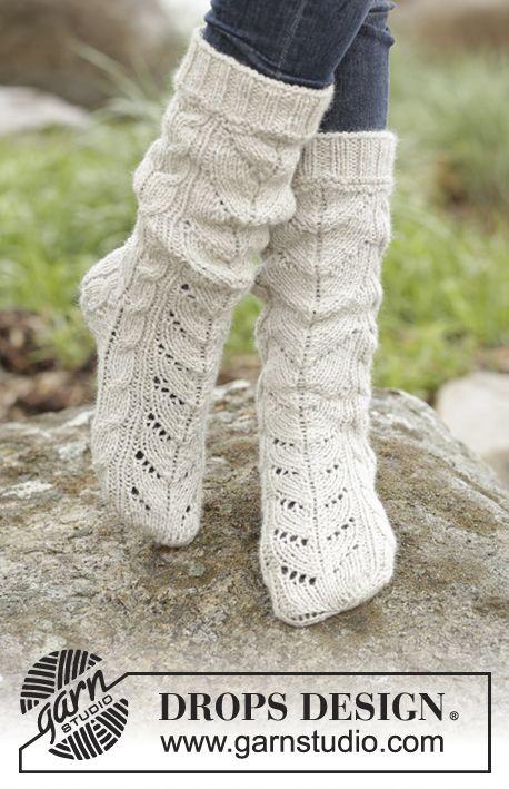 Gebreide DROPS sokken met kabels van Nepal. Maat 35 - 43 Gratis patronen van DROPS Design.