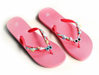 Pimp je slippers met BAND-IT en bedeltjes! Kijk voor gratis werkbeschrijving op CraftKitchen.nl.