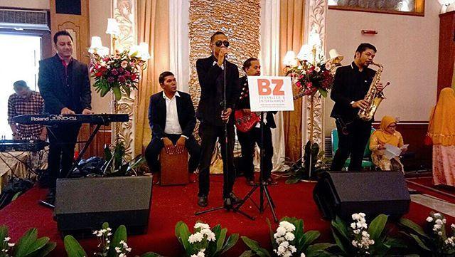 """Acoustic on Stage by @bz_organizer_entertainment  Venue : @patrasimprug Catering : @puspitasawargi Decor : @puspitasawargi Entertainment : @bz_organizer_entertainment . More Info: 081586605859  081932207765  021- 25672935 . . #weddingplanner #bz #bzentertainment #bzgroup #bangzul  #bzwo #bzorganizer #mcwedding #mc #entertainment #mcakad #mcresepsi #mcadat #wo #weddingplanner #weddingorganizer #host #acoustic #akustik #weddingmusik #musik #minichamber #chamber #miniorchestra #mc #orchestra…"