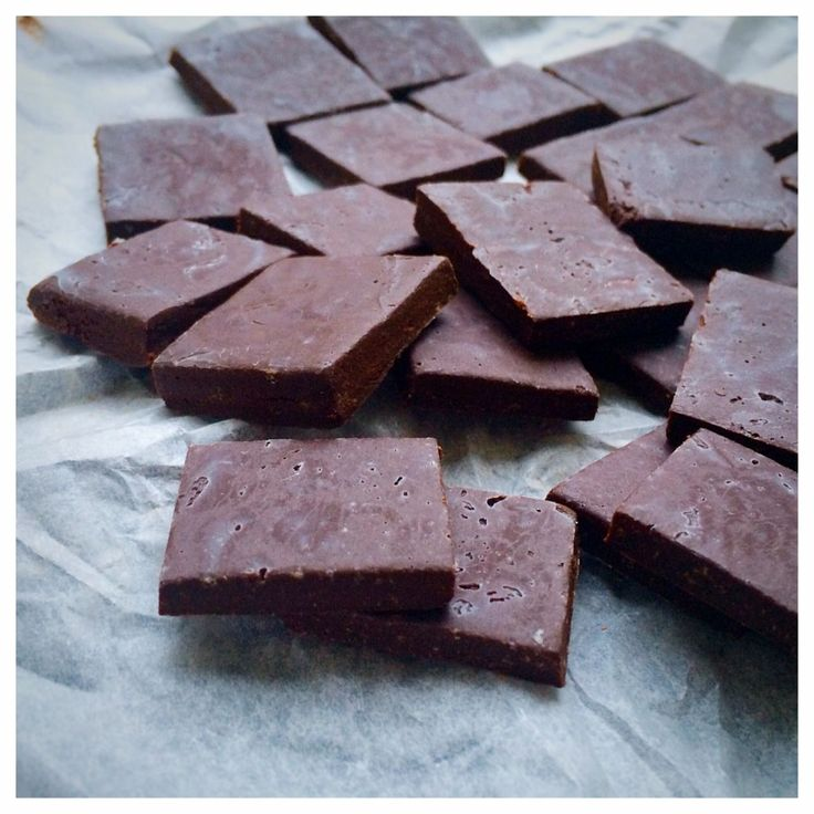 Helt otroligt goda! Seg och tuggig chokladkola när den är som bäst! Faktiskt ofattbart enkla och snabba att göra dessutom. Ofattbart när man smakar dem alltså, det går inte att förstå riktigt vad d…