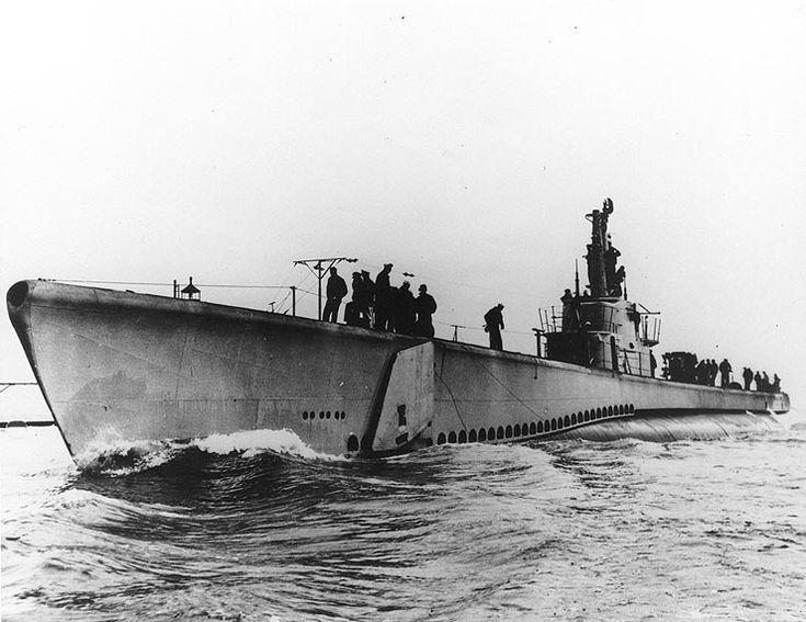 USS Lagarto (SS-371) Balao-class US Navy submarine, underway, probably in Lake Michigan during trials, circa. late 1944. (wikipedia.image) 5.17