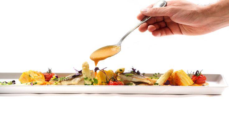 File de lup de mare cu cartofi dauphinoise, sparanghel si sos de homar sub semnatura Chef Nico Lontras la Hotel Simfonia ****