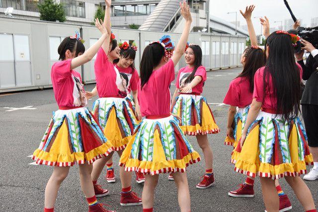 円陣を組む私立恵比寿中学。