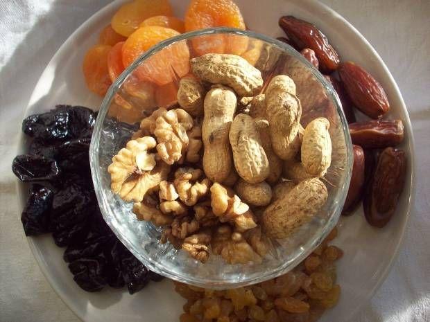 1. В зависимости от используемых ингредиентов, на первом этапе можно замочить в горячей воде изюм, кураги или чернослив (если они хорошо высушенные). Орехи можно подсушить в духовке.