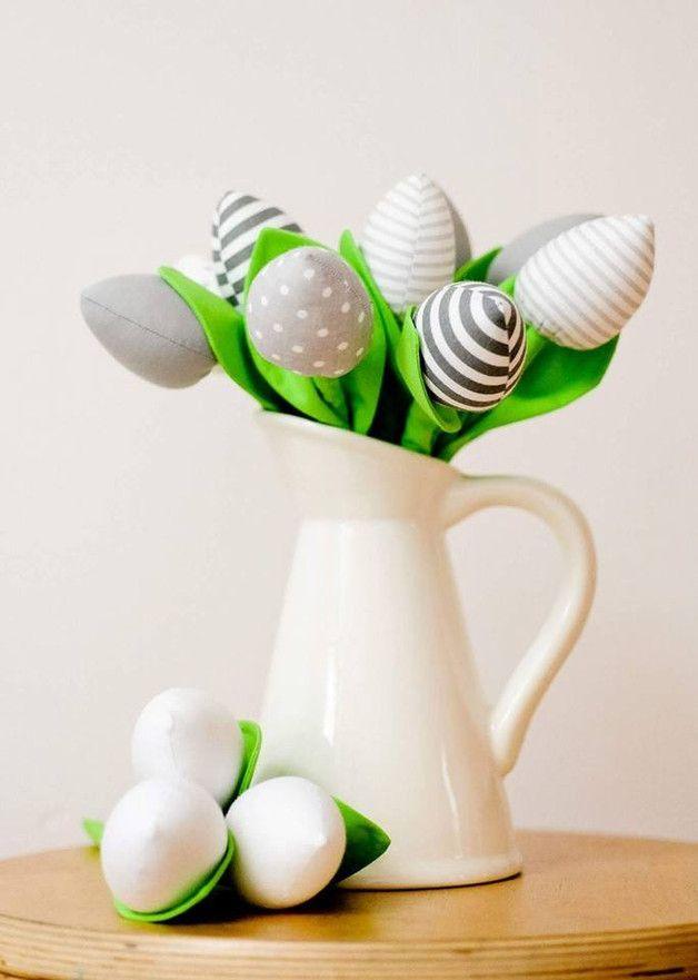 Bukiet składający się  z 11 tulipanów  W skład którego wchodzą ;  3 szt białe  2 szt szare w białe kropki 2 szt bialo szare pasy 2 szt biało szare drobne paseczki 2 szt  szare  Tulipany są...