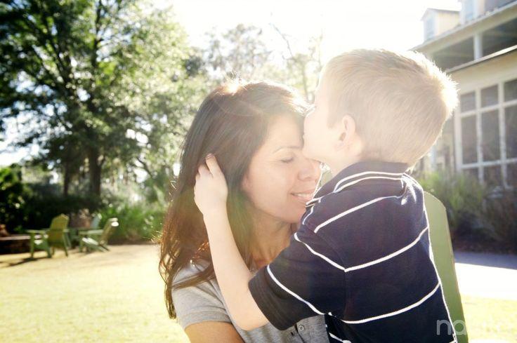 Ibu mana yang tidak ingin anak laki-lakinya tumbuh menjadi pria yang bertanggungjawab, penuh perhatian, dan percaya diri? Pertanyaannya, bagaimana pola asuh yang harus diterapkan?