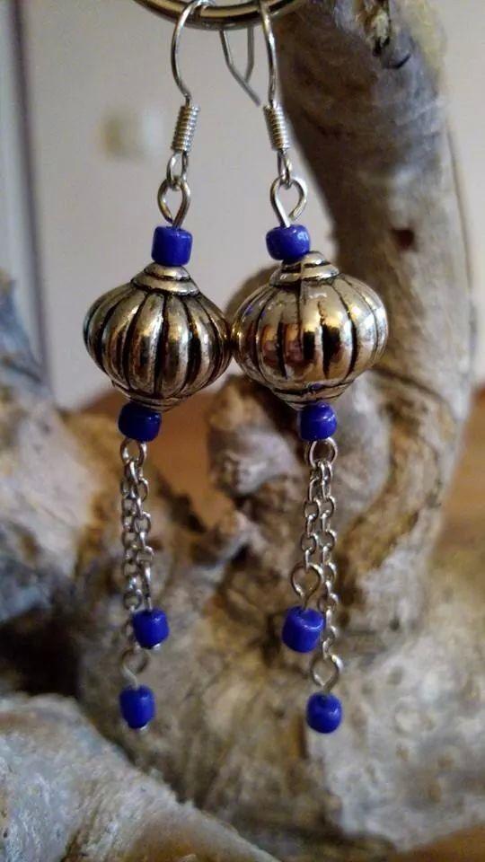 Oorbellen gemaakt van kobaltblauwe rocailles, zilverkleurige kralen en een fijne jasseron. VERKOCHT