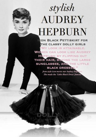 Sukně Dolly Petti Audrey Hepburn Nádherná dolly sukně - inspirovaná módní ikonou Audrey Hepburn v klasické černé barvě. Ta nejjemnější petti sukně z hebkého nylonu, kterou si prostě musíte zamilovat. Bohatý objem a nařasení z vás udělá dokonalou dámu, saténový pas se stuhou se přizpůsobí díky regulační gumě. Doporučujeme kombinovat s jednoduchým, hladkým topem, tričkem, krátkým sáčkem, džínovou či koženou bundičkou, jako botky můžete zvolit boty na podpatku, kozačky či tenisky - fantazii se…