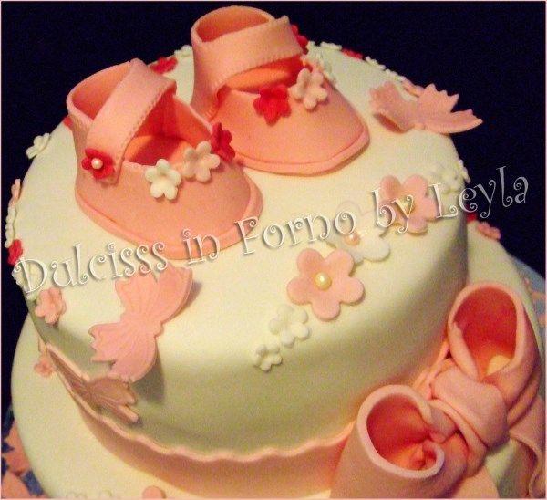 Torta battesimo scarpine fiori e farfalle, in pasta di zucchero