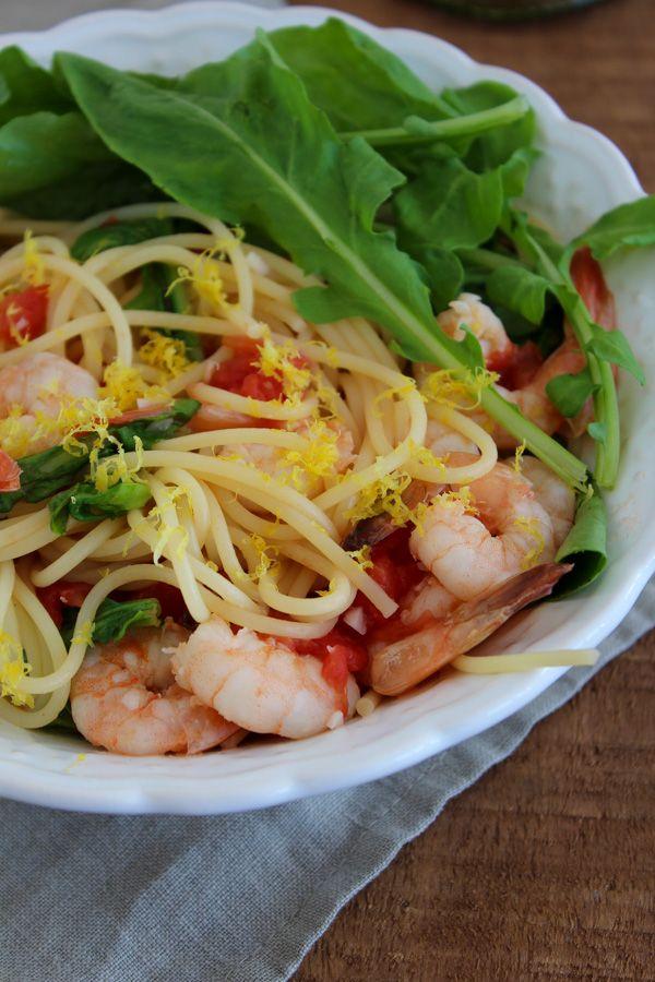 Espaguete com camarão e rúcula