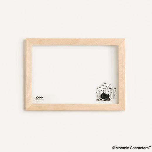 ムーミンたちの絵柄がプリントされたフローティングフレームです。 絵柄がそれぞれ異なる3サイズをご用意しました。 2枚のガラスの間に写真やカードなどをはさみこむ仕様で、 木のフレームの中に飾った写真が浮かんでいるように見えます。   サイズ:パッケージ / (S)幅23.5 × 高さ17.0 × 奥行2.8 (cm) 本体 / (S)幅22.0 × 高さ16.0 × 奥行1.8 (cm) 素材:バーチ材、ガラス 生産:中国 パッケージ:紙箱入り 備考:壁掛け専用、(S)/L版サイズ・はがき横サイズ収納可能