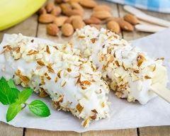 bananes glacées au yaourt et aux amandes : http://www.cuisineaz.com/recettes/bananes-glacees-au-yaourt-et-aux-amandes-85591.aspx
