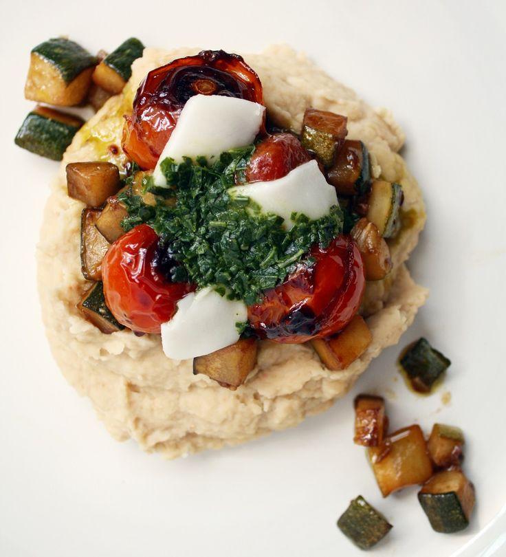Puré de porotos con verduras caramelizadas, albahaca y queso de cabra.