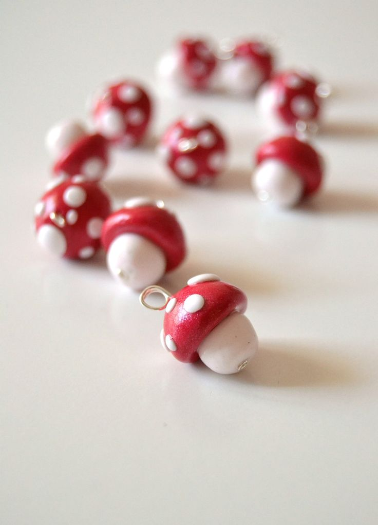 Red and white mushrooms in polymer clay, 10 handmade pendants. €6,60, via Etsy.