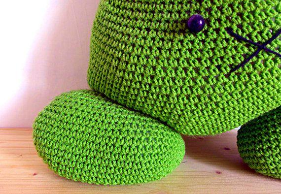 Il cuscino alluncinetto a forma di coniglio pasquale più carino e morbido che abbiate mai visto! Non è solo un cuscino caldo, colorato e