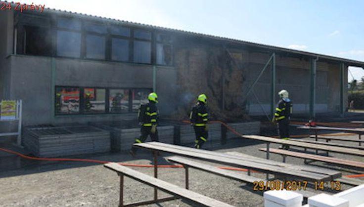 Dívka si hrála se zapalovačem a podpálila slámu: Oheň ohrožoval 17 koní