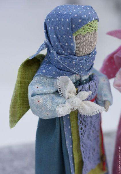Купить или заказать Кукла народная Ангел с добрыми пожеланиями в интернет-магазине на Ярмарке Мастеров. .. нарядные Ангелы с добрыми пожеланиями..Добрые, маленькие хранители дома.. Куколки на основе народной куклы. Сделаны на берестяной скрутке с использованием натуральных материалов: лен, хлопок. Рост куколок около 17 см.