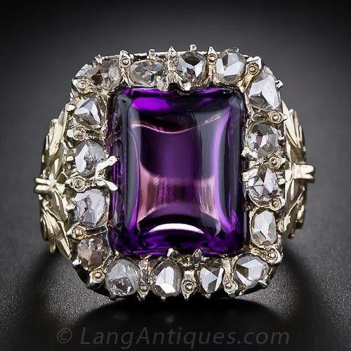 Una amatista uva suculento sabor - en realidad, este profundo color púrpura amatista cabujón rectangular, en efecto, se asemejan a una uva con sabor a caramelo duro - está situado en un marco de plata de brillantes diamantes talla rosa y es soportado por gracia esculpidas 14 hombros quilates de oro y un calado galería. Una hermosa y amplia (3/5 pulgadas por encima de 5/8 de pulgada) anillo antiguo.