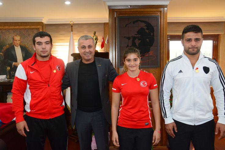 Güreşçileri tebrik etti Manavgat Belediye Başkanı Şükrü Sözen, başarılı sporcuları Cumhuriyet Altını ile ödüllendirdi. Başkan Sözen önce, 49 kiloda Türkiye Şampiyonu ve daha sonra da Bulgaristan'da yapılan Avrupa Şampiyonası'nda bronz madalya alan Beşkonaklı bayan güreşçi Sinem Çisem Doğdu, Avrupa 3'üncüsü ve dünya ikincisi olan Antalyalı Milli Güreşçi Yusuf Can Zeybek ve Döşemealtı Yağlı Pehlivan Güreşleri'nde…