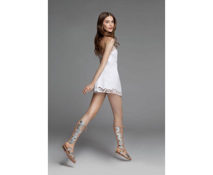 Du 16 avril au 23 mai, le célèbre magasin parisien dédie un espace éphémère à la marque grecque fondée en 2012. Un écrin inspiré des symboles de la Grèce Antique qui met en lumière les collections de sandales traditionnelles et intemporelles d'Ancient Greek Sandals.
