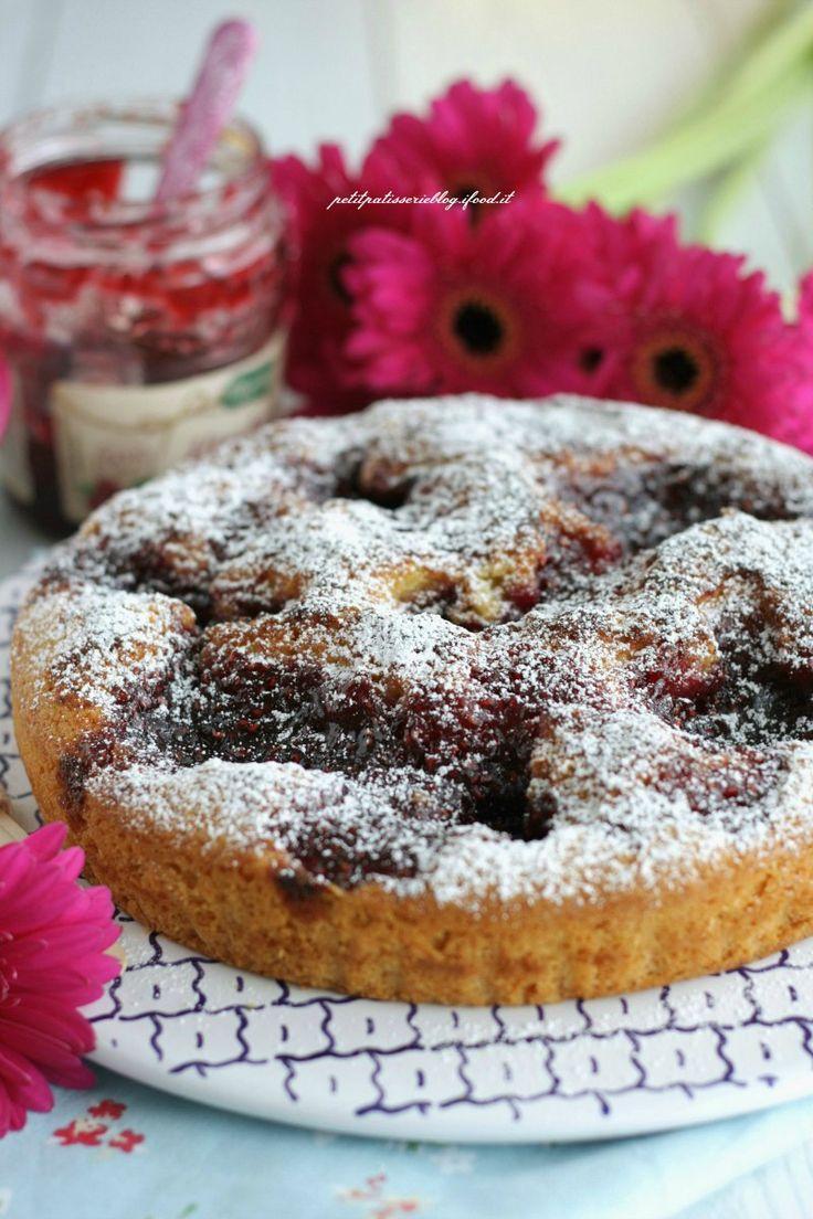 Oggi vi propongo una crostata che non è una vera crostata....né una torta! Sapete quanto io ami le ricette che stupiscono prima la vista e poi il palato e se sono anche semplici e veloci ve le propongo immediatamente ! È una torta perfetta sia come dessert di fine pasto (portatela a casa di amici e farete un figurone) sia per la merenda o la colazione! Questa ricetta l'avevo vista prima dalla mia amica Anna del blog Anna on the Clouds,qui , poimi sono imbattuta anche in queste due ver...