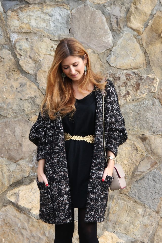 Trendy Look. Look con vestido negro. Look con bolso Tous. Look con pendientes. A trendy life. #trendy #dresslook #lbd #blackdress #goldenbelt #earrings #knitwear #theamitycompany #belair #legorburuatelier #tous #mark&spencer #outfit #fashionblogger #atrendylife www.atrendylifestyle.com