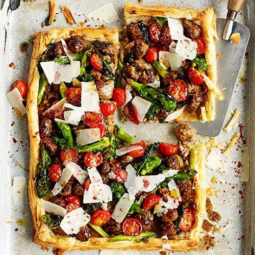 Zo gepiept, deze hartige taart met worst, broccoli en tomaat. De balsamico, chilivlokken en parmezaan maken dit makkelijke gerecht helemaal af. Ideaal voor als je voor een groep kookt! Serveer met een frisse groene salade.    1. Verwarm de oven...