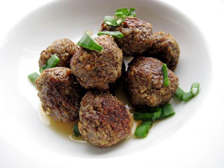 Le polpette ai funghi porcini sono un delizioso secondo piatto autunnale, una ricetta da servire con contorni freschi come pomodori o insalata mista