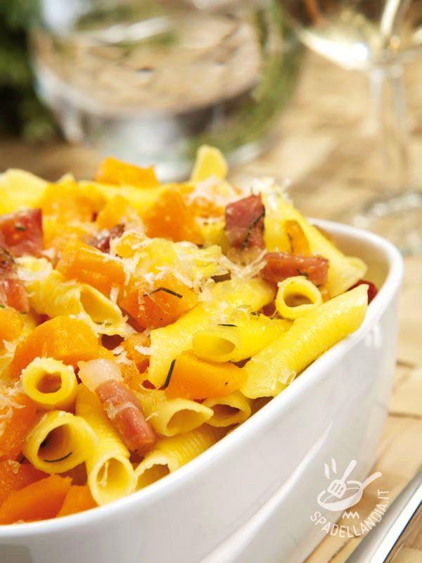Pasta with pumpkin and bacon - I Garganelli con zucca e speck sono un primo gustosissimo che unisce la delicatezza della zucca con il sapore più deciso dello speck! #garganellizuccaespeck