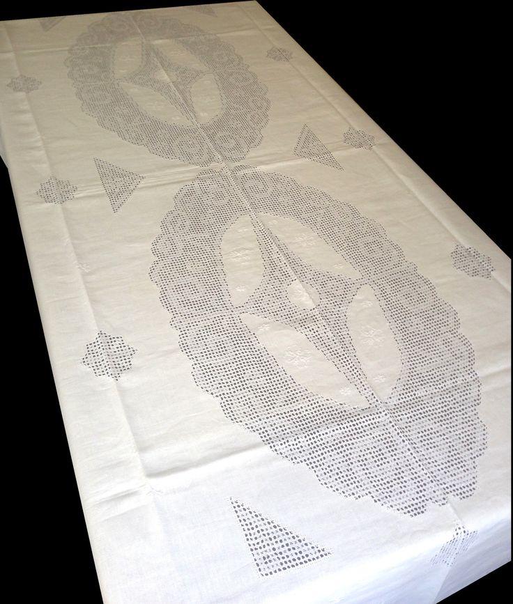 Mantel de Lagartera Bordado A MANO DE HILO.  Exclusivo diseño de grandes círculos con dibujo rodeando a una estrella, todo en deshilado con unos pequeños motivos florales bordados en beige. Una auténtica y exclusiva obra de arte.  Recomendamos lavar a 30º para evitar demasiadas arrugas. Se puede utilizar legía de color.  12 Servilletas incluidas gran tamaño, todas con su vainica.  Producto bordado en España. Lo puedes comprar en: http://www.lagarterana.com/
