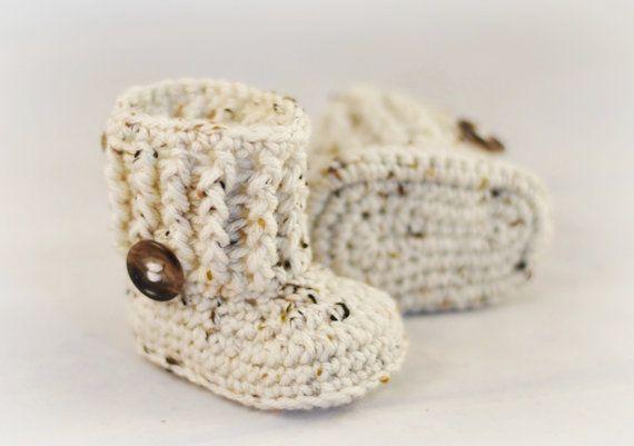 Crochet botines de bebe con botón hecho por por AdorablyHooked