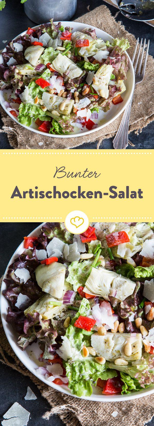 Ein bunter Salat mit Artischocken, Pflücksalat, gegrillten Paprika und gerösteten Pinienkernen mit einer kräftigen Vinaigrette mit Parmesan und Kräutern.